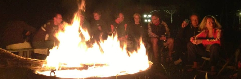 Feier mit Lagerfeuer am See